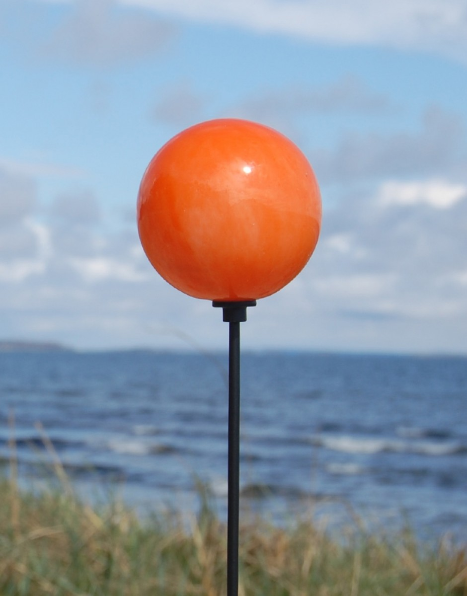 Orange kugle ved havesøen