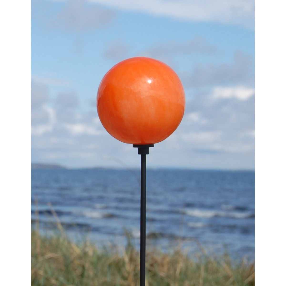 Orange kugle på stranden